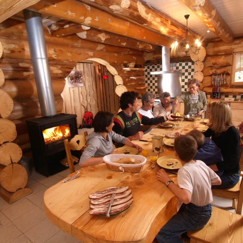 repas en famille ou entre amis chalet Le Tchazau à La Bresse