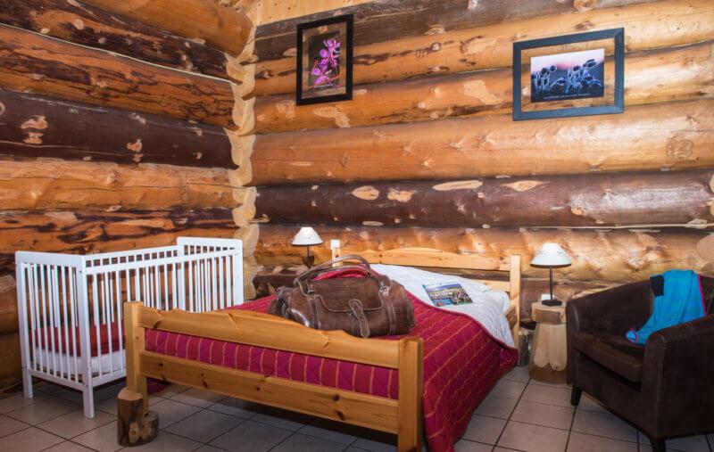 chambre à grand lit chalet rondins