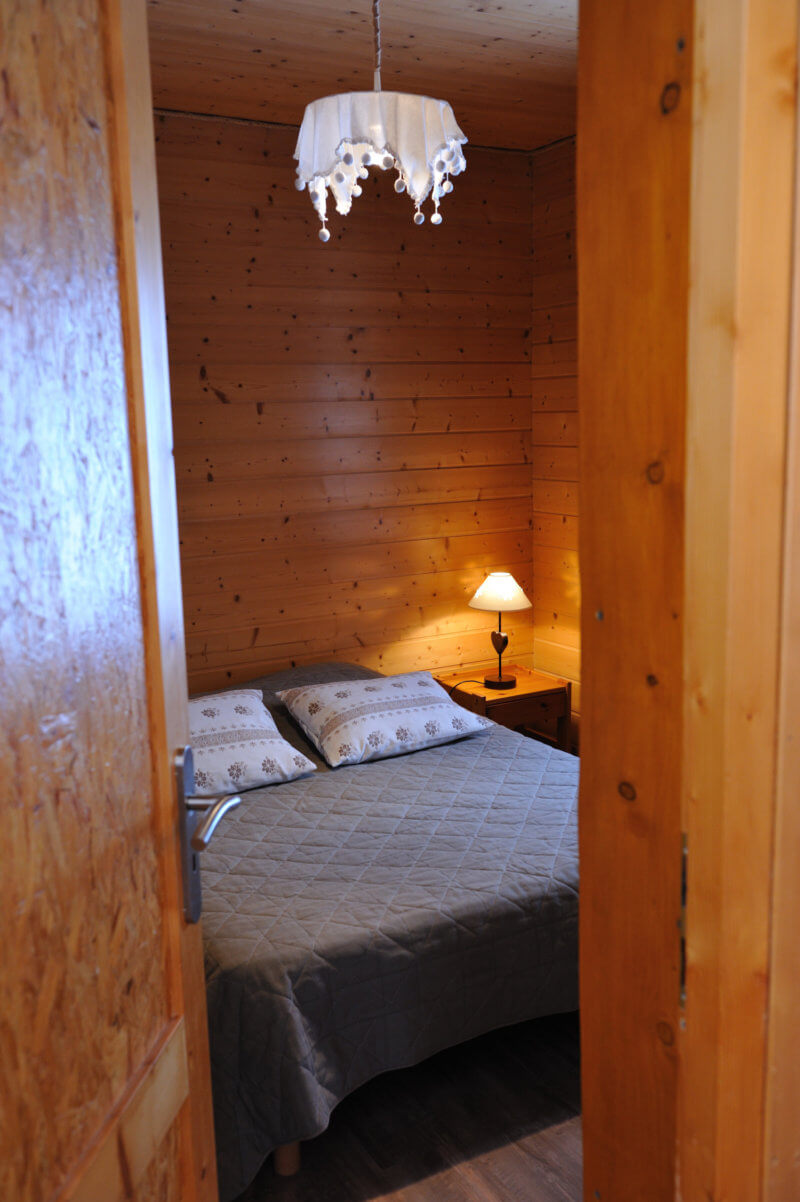 chambre grand lit chalet traditionnel