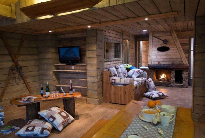 grand salon avec cheminée à l'âtre