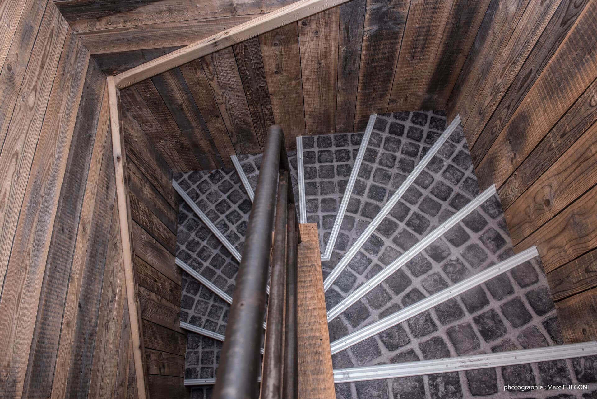 rénovation de la résidence couloir menant au troisième étage