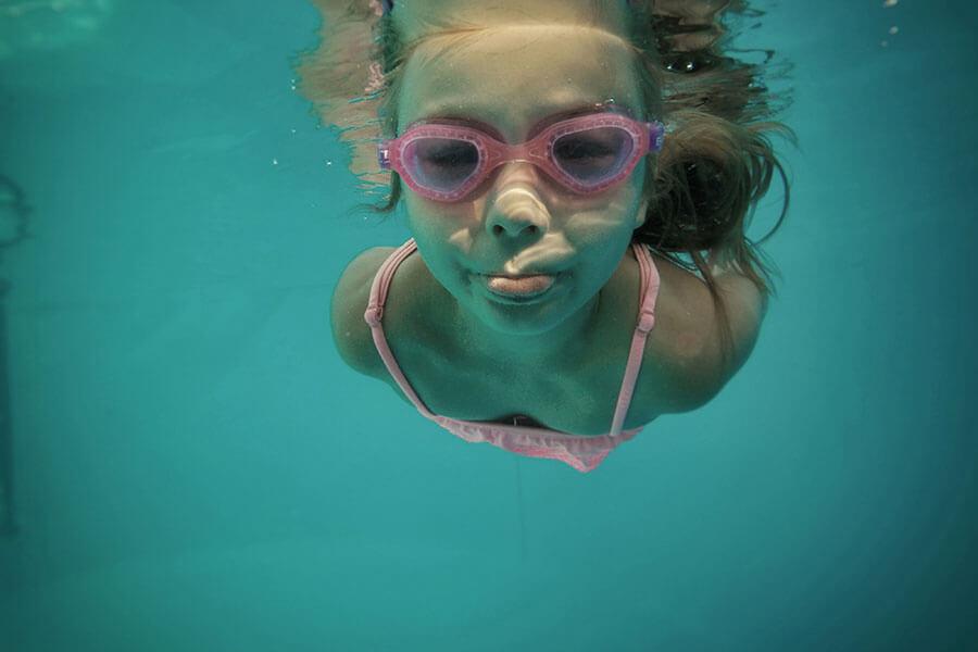 piscine et nombreux lacs de baignade a la bresse